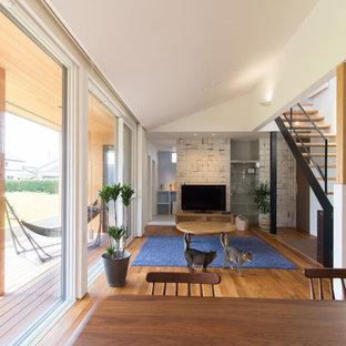 他の地域の中サイズのモダンスタイルのおしゃれなLDK (白い壁、無垢フローリング、暖炉なし、据え置き型テレビ、茶色い床) の写真