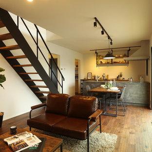 他の地域のインダストリアルスタイルのおしゃれなLDK (白い壁、無垢フローリング、茶色い床) の写真