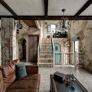 他の地域のトラディショナルスタイルのおしゃれなリビング (茶色い壁、茶色い床) の写真