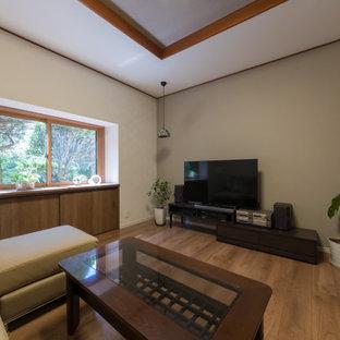 Imagen de salón cerrado, moderno, de tamaño medio, con paredes beige, suelo de contrachapado, televisor independiente y suelo beige