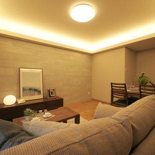 東京23区のモダンスタイルのおしゃれなLDK (グレーの壁、合板フローリング、茶色い床) の写真