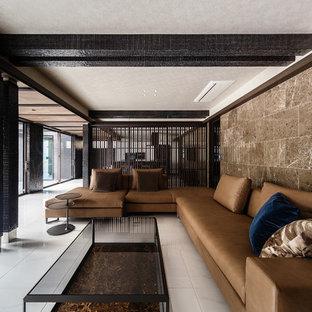 大阪の巨大なコンテンポラリースタイルのおしゃれなLDK (フォーマル、茶色い壁、セラミックタイルの床、壁掛け型テレビ、白い床) の写真