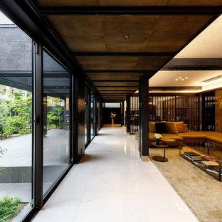Modelo de salón abierto, contemporáneo, extra grande, con paredes marrones, suelo de baldosas de cerámica, televisor colgado en la pared y suelo blanco
