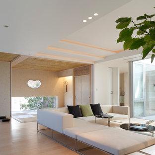 Exemple Du0027un Grand Salon Moderne Ouvert Avec Un Mur Blanc Et Un Sol En