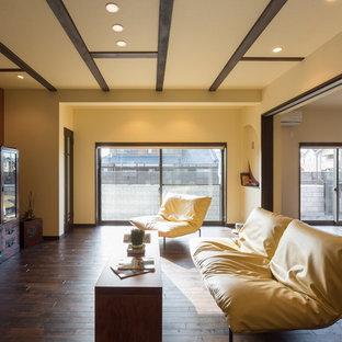 他の地域のアジアンスタイルのおしゃれなLDK (マルチカラーの壁、濃色無垢フローリング、据え置き型テレビ、茶色い床) の写真