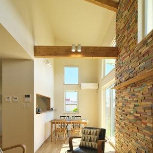 他の地域の中くらいのミッドセンチュリースタイルのおしゃれなLDK (白い壁、淡色無垢フローリング、ベージュの床) の写真