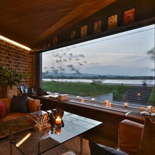 Imagen de salón minimalista, sin chimenea y televisor, con paredes marrones