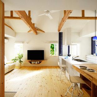 他の地域の北欧スタイルのおしゃれなLDK (白い壁、淡色無垢フローリング、据え置き型テレビ、茶色い床) の写真