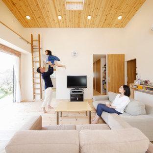 他の地域のアジアンスタイルのおしゃれなリビング (白い壁、淡色無垢フローリング、据え置き型テレビ、ベージュの床、板張り天井) の写真