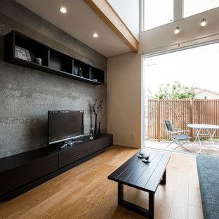 大阪のアジアンスタイルのおしゃれなリビング (マルチカラーの壁、無垢フローリング、据え置き型テレビ、茶色い床) の写真