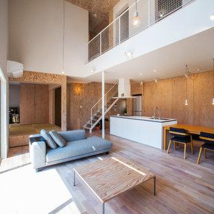 Modelo de salón asiático con paredes marrones, suelo de madera en tonos medios y suelo marrón