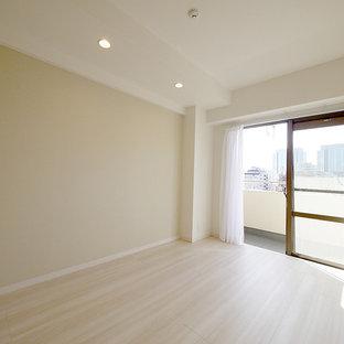 Nordisches Wohnzimmer mit beiger Wandfarbe, Sperrholzboden und beigem Boden in Tokio