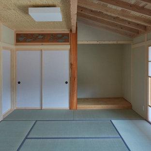 Idee per un soggiorno etnico chiuso con pareti beige, pavimento in tatami, nessun camino, nessuna TV e travi a vista