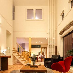 Ejemplo de salón para visitas abierto, de estilo zen, de tamaño medio, con paredes blancas, suelo de madera en tonos medios y suelo beige