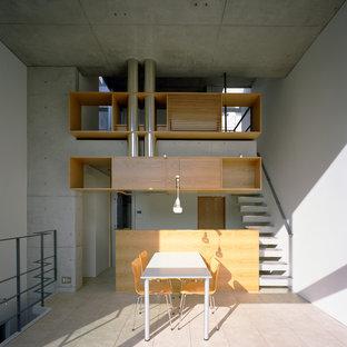 Imagen de salón abierto, minimalista, pequeño, sin chimenea, con paredes blancas, suelo beige, marco de chimenea de yeso y suelo de baldosas de terracota
