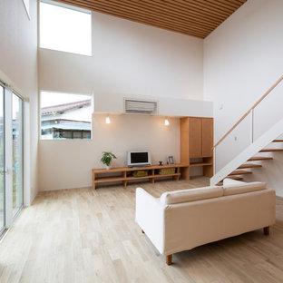 他の地域のアジアンスタイルのおしゃれなリビング (白い壁、塗装フローリング、据え置き型テレビ、茶色い床) の写真