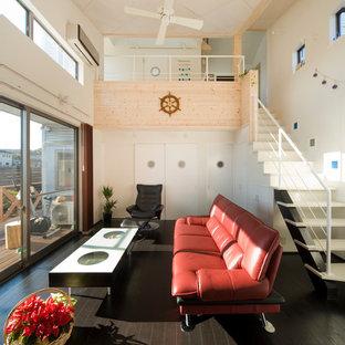 他の地域のコンテンポラリースタイルのおしゃれなリビング (白い壁、塗装フローリング、茶色い床) の写真