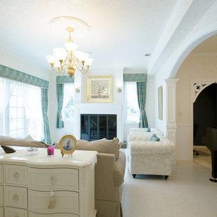 他の地域, の中サイズのトラディショナルスタイルのおしゃれな独立型リビング (フォーマル、白い壁、合板フローリング、標準型暖炉、タイルの暖炉まわり、内蔵型テレビ、白い床) の写真