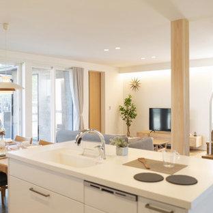 Immagine di un soggiorno minimalista aperto con pareti bianche, pavimento in compensato, TV autoportante, pavimento marrone, soffitto in carta da parati e carta da parati