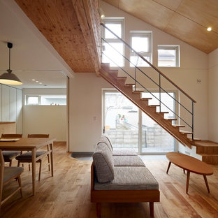 札幌の中サイズのアジアンスタイルのおしゃれなリビング (淡色無垢フローリング、白い壁、茶色い床) の写真