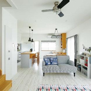 他の地域のビーチスタイルのおしゃれなリビング (淡色無垢フローリング、白い床、白い壁) の写真