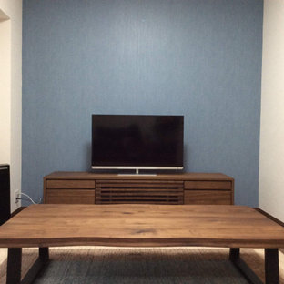 他の地域の中くらいのモダンスタイルのおしゃれなLDK (ライブラリー、青い壁、合板フローリング、据え置き型テレビ、茶色い床、クロスの天井、壁紙) の写真