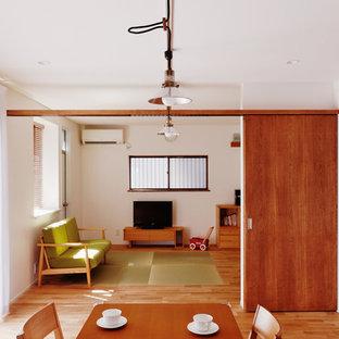 東京23区のアジアンスタイルのおしゃれなリビング (白い壁、淡色無垢フローリング、据え置き型テレビ、茶色い床) の写真