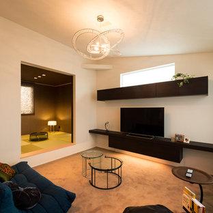 他の地域のモダンスタイルのおしゃれなリビング (白い壁、カーペット敷き、据え置き型テレビ、グレーの床) の写真