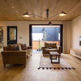 名古屋のおしゃれなLDK (白い壁、無垢フローリング、壁掛け型テレビ、茶色い床) の写真