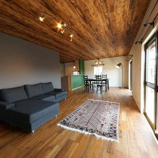 他の地域のコンテンポラリースタイルのおしゃれなLDK (マルチカラーの壁、無垢フローリング、茶色い床) の写真