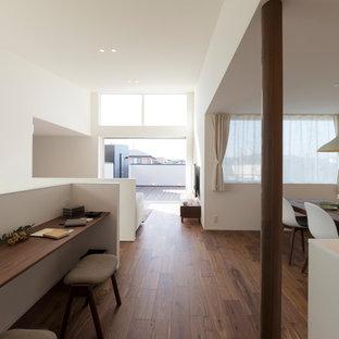 他の地域のミッドセンチュリースタイルのおしゃれなLDK (白い壁、濃色無垢フローリング、暖炉なし、壁掛け型テレビ、茶色い床) の写真