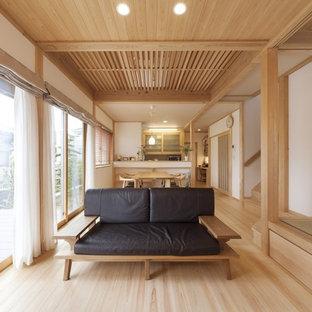 他の地域のアジアンスタイルのおしゃれなLDK (白い壁、淡色無垢フローリング、ベージュの床) の写真
