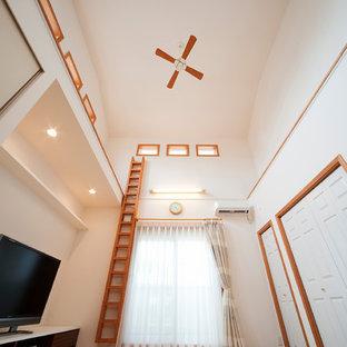 他の地域の地中海スタイルのおしゃれなリビング (白い壁、淡色無垢フローリング、暖炉なし、据え置き型テレビ、ベージュの床) の写真