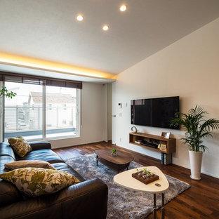 他の地域のアジアンスタイルのリビング・居間の画像 (白い壁、濃色無垢フローリング、壁掛け型テレビ、茶色い床)