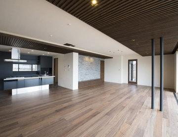木製格子とフロ-ティングバルコニ-の家