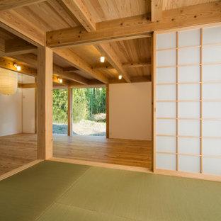 京都の中くらいの和風のおしゃれなLDK (白い壁、淡色無垢フローリング) の写真