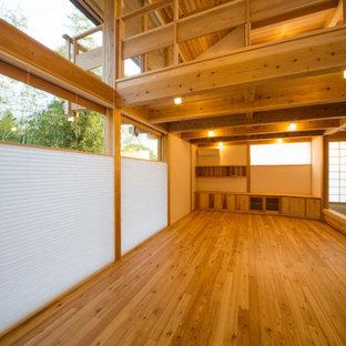 京都の中サイズの和風のおしゃれなLDK (白い壁、淡色無垢フローリング) の写真