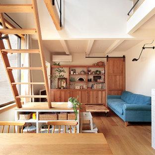 横浜の北欧スタイルのおしゃれなLDK (白い壁、無垢フローリング、据え置き型テレビ、茶色い床) の写真