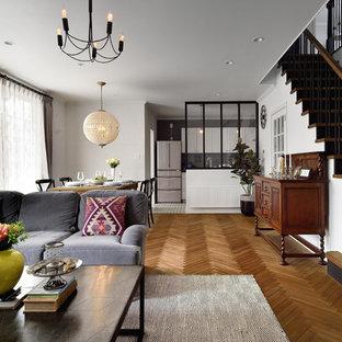 東京23区のトランジショナルスタイルのおしゃれなLDK (無垢フローリング、茶色い床、白い壁) の写真