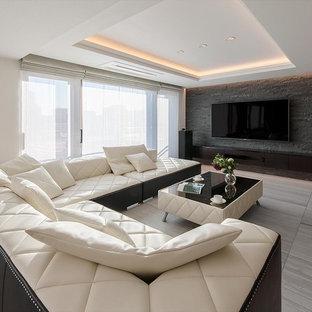 モダンスタイルのおしゃれなLDK (フォーマル、白い壁、横長型暖炉、石材の暖炉まわり、壁掛け型テレビ、グレーの床) の写真