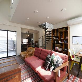 東京23区のエクレクティックスタイルのおしゃれなLDK (白い壁、濃色無垢フローリング、茶色い床) の写真