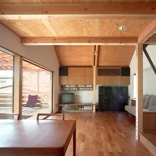 東京23区の広いアジアンスタイルのおしゃれなLDK (白い壁、無垢フローリング、据え置き型テレビ、茶色い床、暖炉なし) の写真