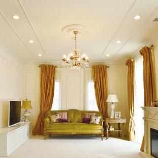 東京23区のヴィクトリアン調のおしゃれなリビング (白い壁、据え置き型テレビ、ベージュの床) の写真