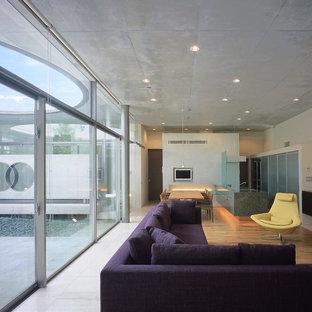 他の地域の大きいモダンスタイルのおしゃれなLDK (ベージュの壁、無垢フローリング、暖炉なし、茶色い床、内蔵型テレビ) の写真