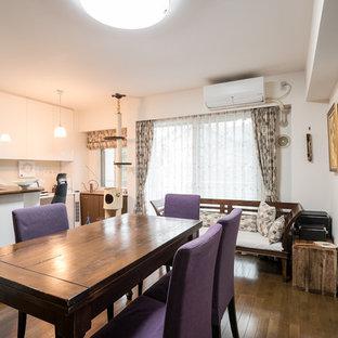 Idee per un soggiorno etnico aperto con pareti bianche, pavimento in compensato e pavimento marrone