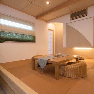 Esempio di un piccolo soggiorno etnico chiuso con pareti bianche, nessun camino, nessuna TV e pavimento marrone
