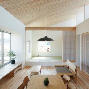 他の地域の小さい和風のおしゃれなLDK (ベージュの壁、淡色無垢フローリング、ベージュの床) の写真