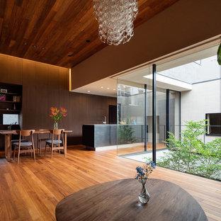 他の地域のモダンスタイルのおしゃれなLDK (茶色い壁、無垢フローリング、茶色い床) の写真