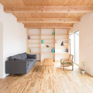 京都のアジアンスタイルのおしゃれなLDK (ライブラリー、白い壁、淡色無垢フローリング、茶色い床) の写真