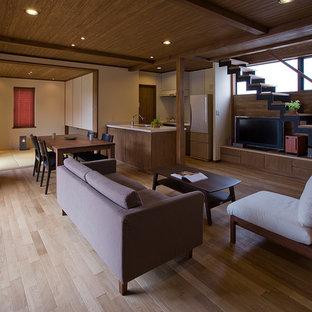 他の地域のコンテンポラリースタイルのリビング・居間の画像 (無垢フローリング、据え置き型テレビ、LDK、茶色い壁、暖炉なし)